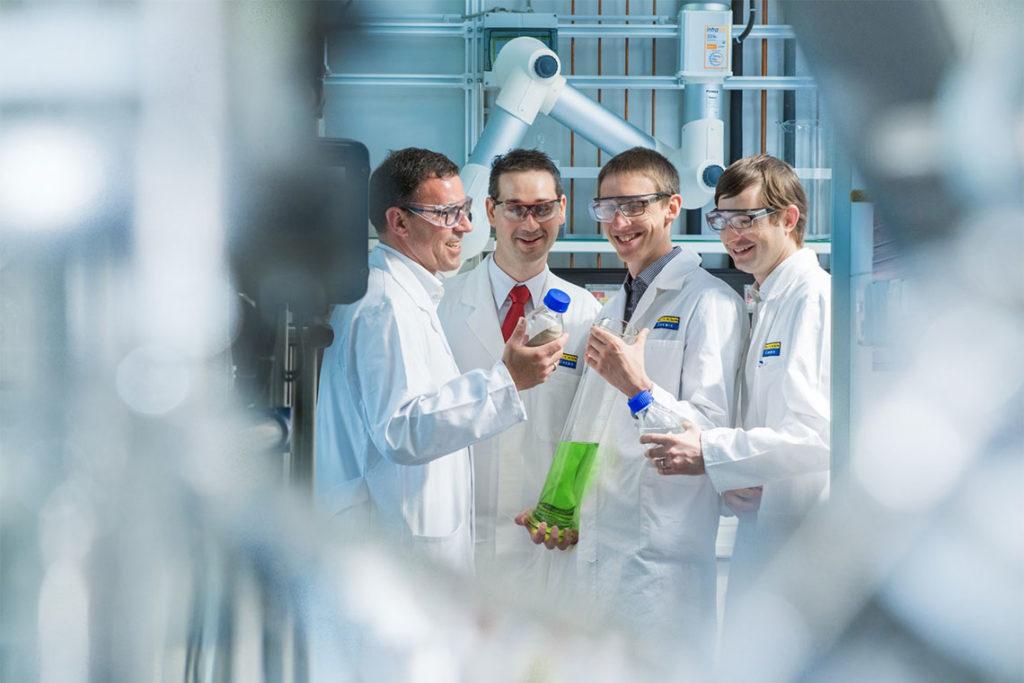 Wissenschaftler untersuchen Phosphorsäure